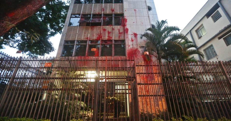 """Manifestantes usam tinta vermelha e picha o prédio da ministra Carmem Lúcia, no bairro Lourdes, na Região Centro-Sul de Belo Horizonte (MG), nesta sexta-feira (06). No chão, foi pintada a frase """"Carmen Lúcia Golpista"""""""