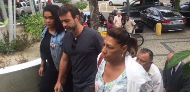 O deputado Marcelo Freixo (centro) e Marinete da Silva (à dir) chegam à Polícia Civil