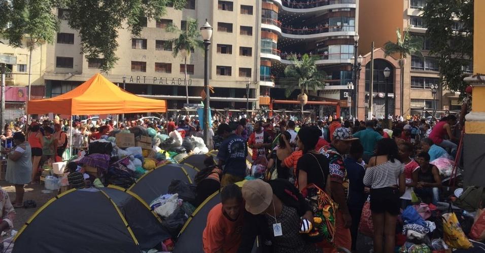 3.mai.2018 - Desabrigados se cercaram com grades de segurança para não terem suas doações furtadas por outros moradores de rua