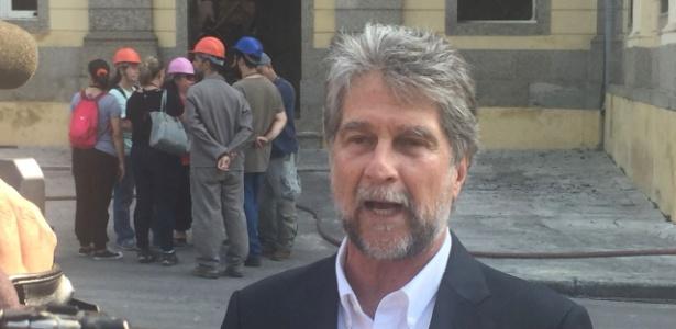 3.set.2018 - Dom João de Orleans e Bragança dá entrevista diante do Museu Nacional
