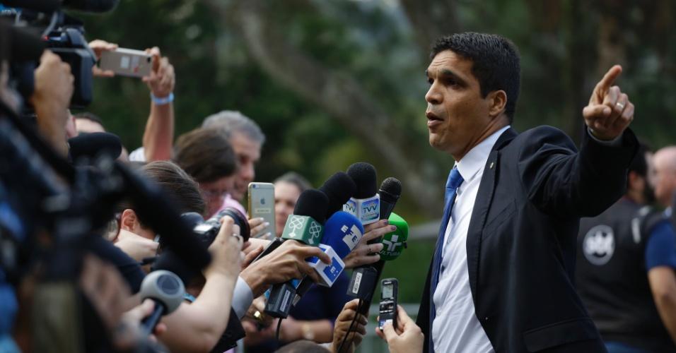 Cabo Daciolo (Patriota) conversa com jornalistas antes do início do debate UOL, Folha e SBT