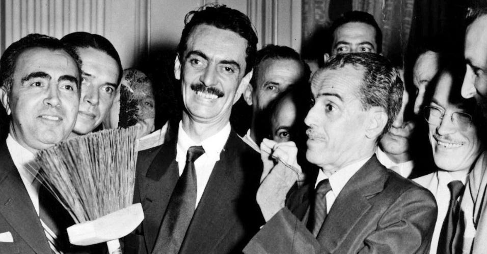 O prefeito Jânio Quadros segura vassoura em evento na Câmara Municipal do Rio de Janeiro, em abril de 1953