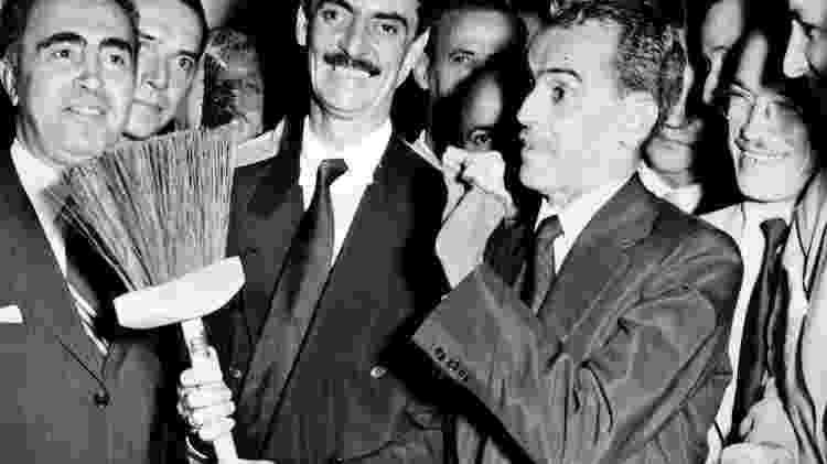 Vassoura e caspa de mentira: Jânio Quadros era um político brasileiro conhecido pelas performances políticas teatrais - Reprodução - Reprodução