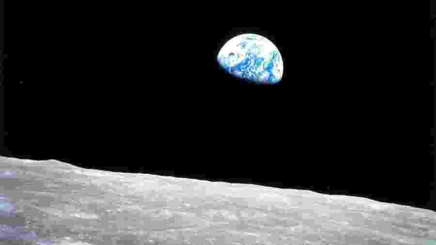 Icônica foto tirada pelo astronauta William Anders, da Apollo 8, mostra a imagem da Terra vista do superfície da Lua - NYT
