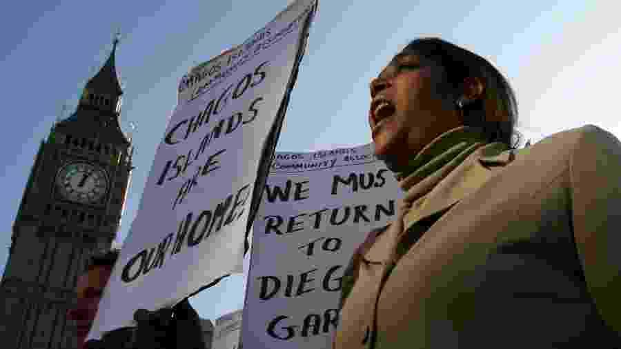Manifestantes pedem para voltar ao Arquipélago de Chagos durante protesto do lado de fora do Parlamento, em Londres, em outubro de 2008 - Andrew Winning/Reuters