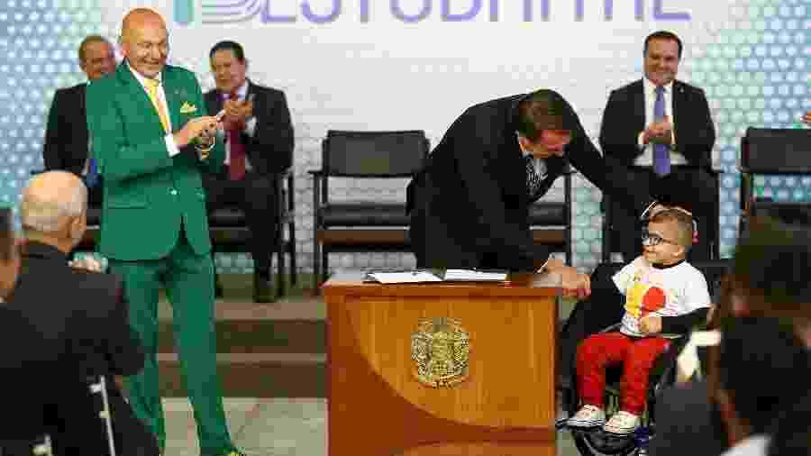 O presidente Jair Bolsonaro, ao lado do vice presidente Hamilton Mourão, dos ministros Onyx Lorenzoni (Casa Civil) e Abraham Weintraub (Educação) e do empresário Luciano Hang, durante cerimônia de lançamento da ID Estudantil, no Palácio do Planalto - Pedro Ladeira/Folhapress