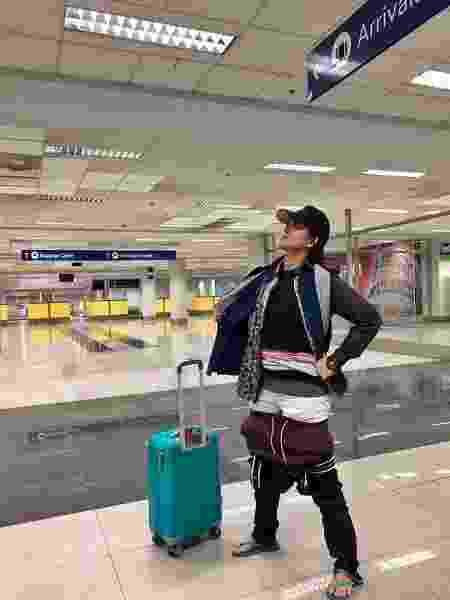 Gel Rodriguez veste várias peças de roupa em aeroporto - Reprodução/Facebook