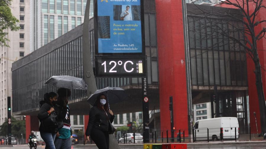 Movimentação na Avenida Paulista em São Paulo (SP) com frio e bastante chuva. Termômetro na região registra 12ºC  - DANILO M YOSHIOKA/ESTADÃO CONTEÚDO
