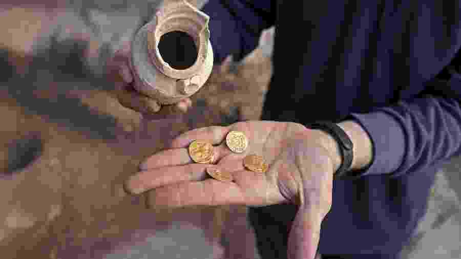 09.nov.2020 - Quatro moedas de ouro puro foram encontradas na Cidade Velha de Jerusalém - MENAHEM KAHANA/AFP