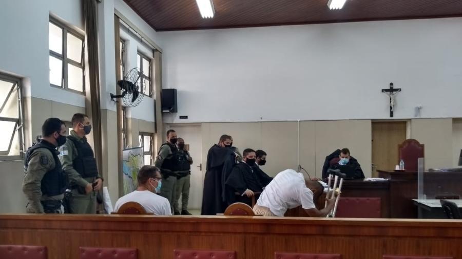 De camiseta branca, os réus Sergio Manhanhã, e Victor Cristilder (de muletas) chegam para acompanhar a sessão de terça-feira do julgamento da chacina de Osasco; ao centro os advogados de defesa, à direita o promotor Marcelo Alexandre de Oliveira - Divulgação/Tribunal de Justiça de São Paulo