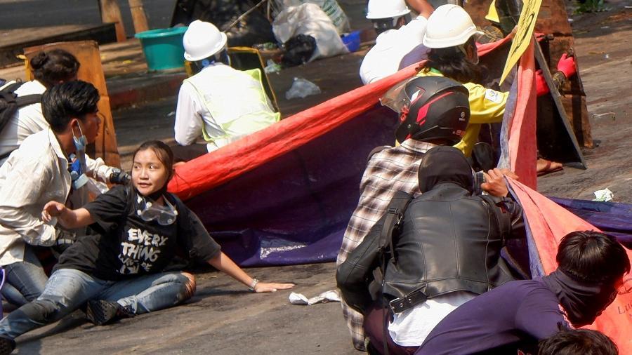 """03.mar.2021 - A jovem manifestante, apaixonada por dança e artes marciais, vestia uma camiseta com a frase """"Tudo ficar tudo bem"""" no dia de sua morte. - Stringer/Reuters"""