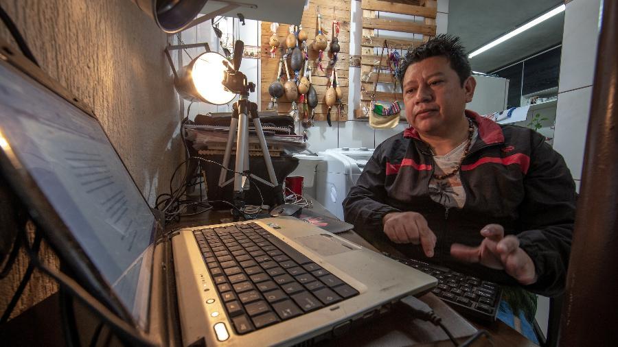 O professor indígena Emerson Souza, morador do bairro Cidade Tiradentes, periferia de São Paulo - Jonne Roriz