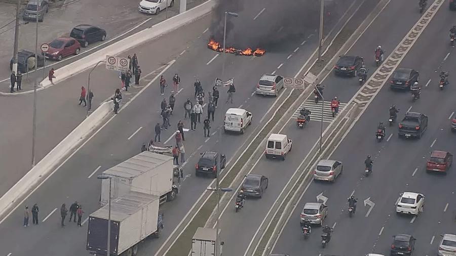 Protesto funcionários da Fundação Casa bloqueou pistas da Marginal Tietê, em São Paulo, na manhã de hoje - Reprodução/TV Globo