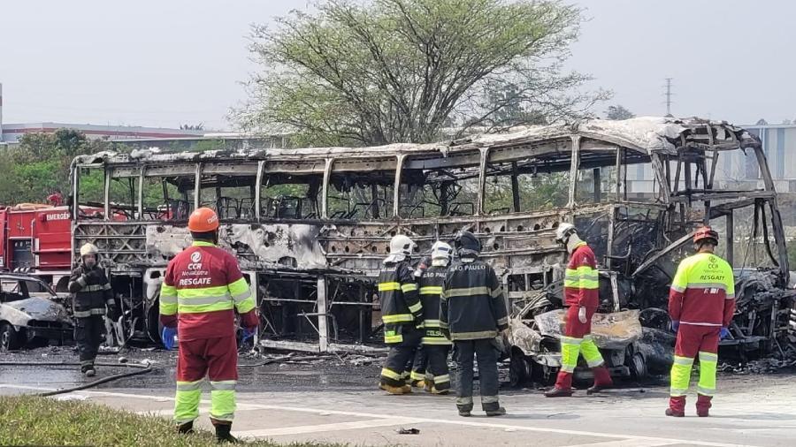 Ônibus pegou fogo após acidente na via Dutra - Divulgação/Corpo de Bombeiros de São Paulo