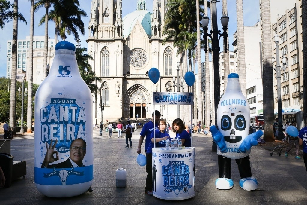 23.jun.2015 - Ativistas do Greenpeace realizam ato na praça da Sé, no centro de São Paulo (SP), para cobrar do governo medidas concretas para solucionar a crise hídrica que afeta o Estado