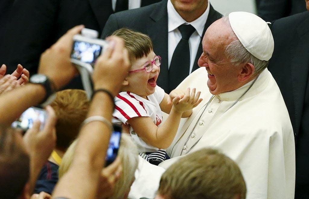 5.set.2015 - Papa Francisco brinca com um bebê durante uma reunião com células paroquiais, no Vaticano