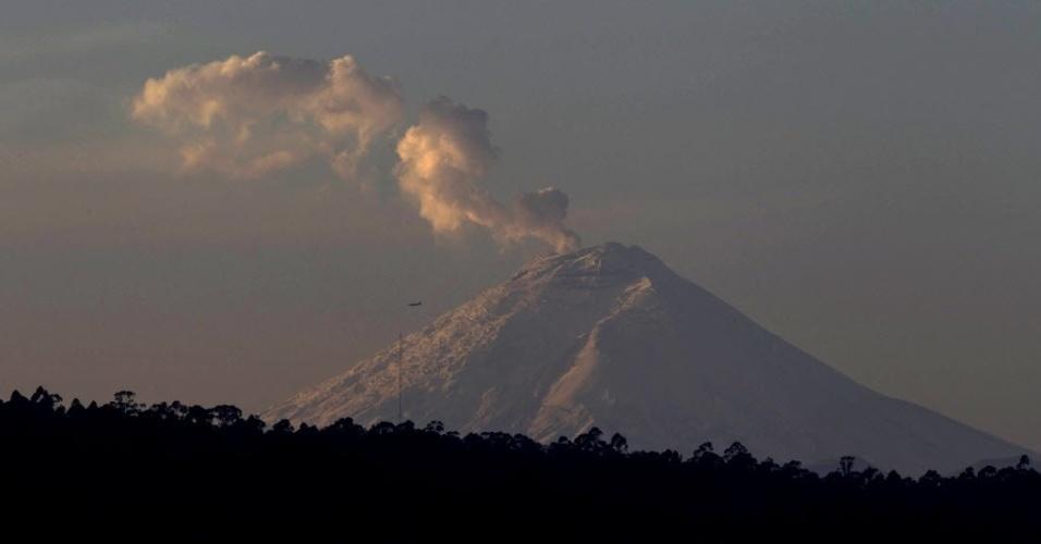 8.nov.2015 - O vulcão Cotopaxi, próximo a Quito, no Equador, começou a soltar fumaça e vapor neste domingo. Autoridades acompanham a atividade do vulcão