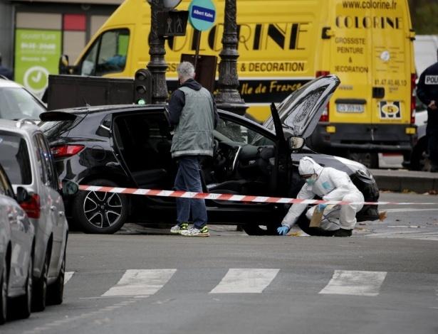 Policiais vistoriam carro que pode ter sido usado nos atentados em Paris