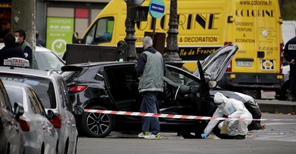 17.nov.2015 - Policiais vistoriam um carro suspeito de ser usado nos atentados de 13 de novembro, em Paris, na França