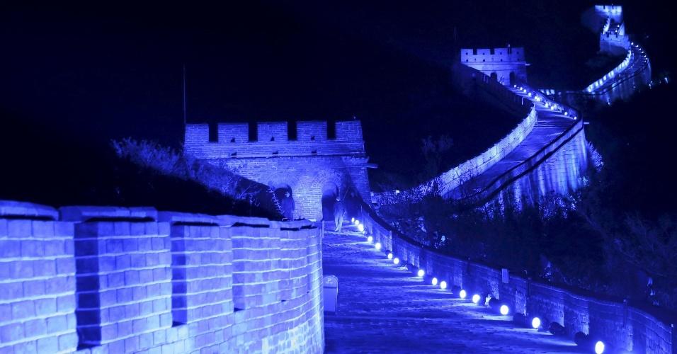 24.out.2015 - A grande muralha da China iluminadada de azul para comemorar os setenta anos das Nações Unidas, em Pequim