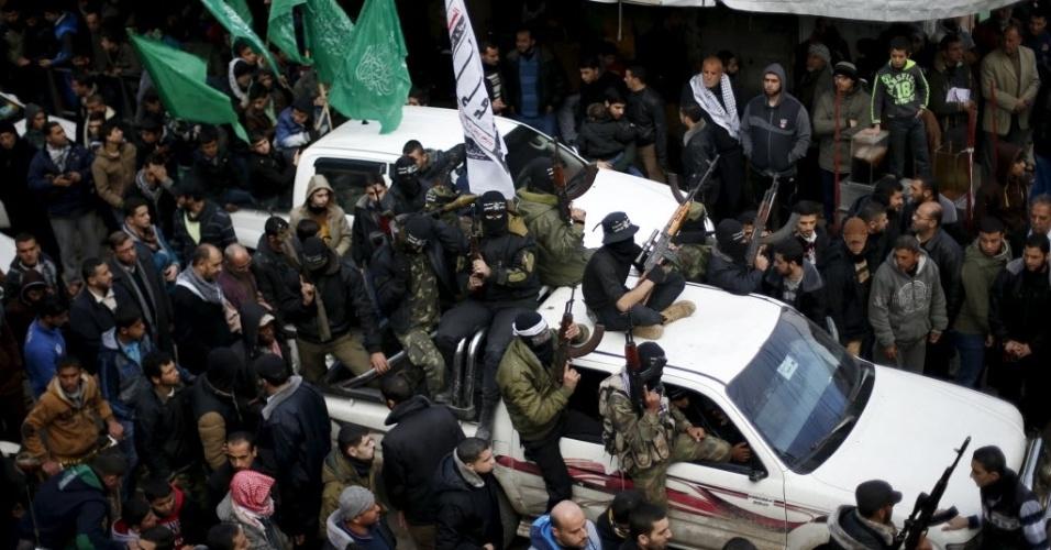 29.jan.2016 - Militantes do Hamas assistem ao funeral de sete companheiros que foram mortos quando um túnel desabou perto da fronteira leste da faixa de Gaza com Israel. O Hamas controla Gaza desde 2007, quando tomou o poder após uma breve guerra civil com o movimento rival Fatah. O braço armado do Hamas é um dos diversos grupos militantes que operam no território, que é bloqueado por Israel e Egito
