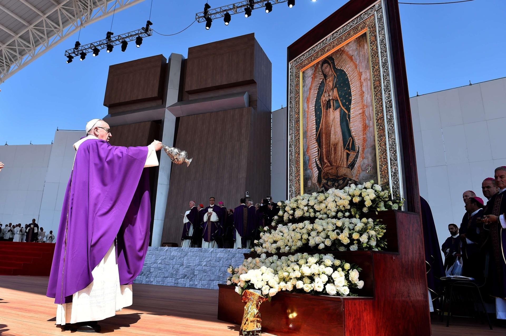 14.fev.2016 - O papa Francisco celebra missa aberta em Ecatepec, subúrbio pobre e violento da Cidade do México. A região se tornou um dos casos mais preocupantes da violência contra mulheres