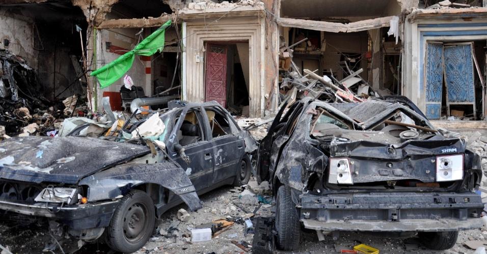 21.fev.2016 - Carros danificados permanecem no local de um duplo ataque com carro-bomba no bairro de Al-Zahraa, na cidade síria de Homs. Ao menos 46 pessoas morreram e dezenas ficaram feridas no ataque ao bairro, reduto alauíta e de apoio ao ditador Bashar al-Assad