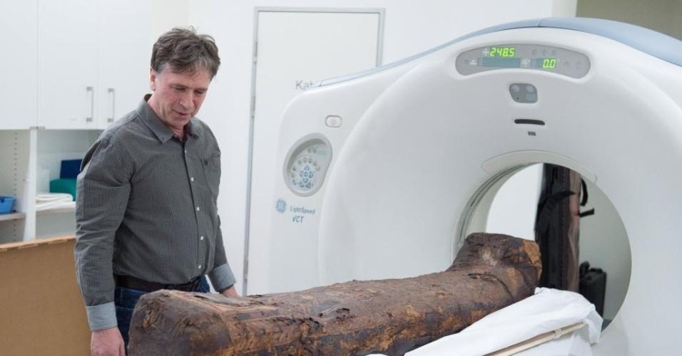 1º.mar.2016 - Cientista Juergen Lange inspeciona uma múmia do século 4 d.C. que passa por uma tomografia em Dresden, Alemanha. O estudo deverá fornecer informações sobre o processo de mumificação, o sexo, idade e possíveis doenças ou causas da morte