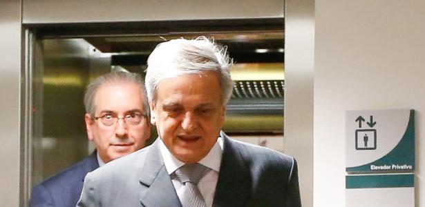O ex-procurador-geral da República e hoje advogado Antônio Fernando de Souza (em primeiro plano) deixa o STF ao lado de Eduardo Cunha