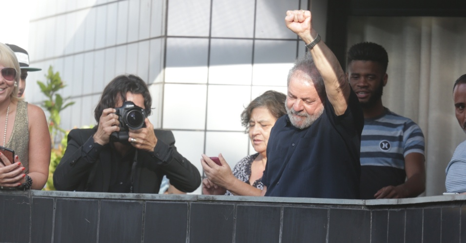 4.mar.2016 - O ex-presidente Luiz Inácio Lula da Silva faz gesto da sacada da sua casa, em São Bernardo do Campo, no ACB paulista, após deixar sede do PT (Partido dos Trabalhadores). Ele prestou depoimento para Polícia Federal após receber condução coercitiva para depor
