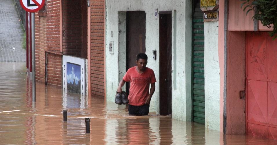 11.mar.2016 - Ruas ficam alagadas e água invade casas e estabelecimentos comerciais em Embu das Artes, na Grande São Paulo