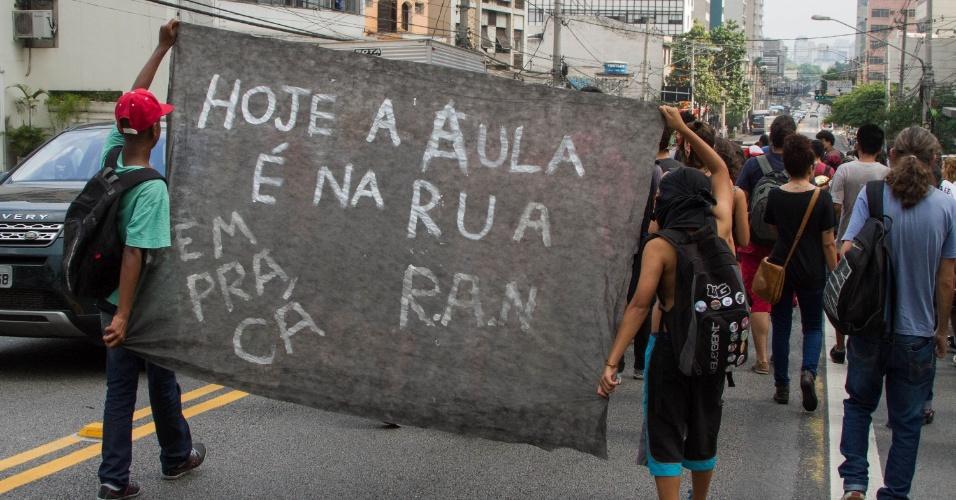 29.mar.2016 - Estudantes protestam na avenida Brigadeiro Luis Antônio, no centro de SP, contra o fechamento de salas na rede estadual, a máfia da merenda e por melhores condições de estudo na rede pública. Eles caminham em direção à Alesp (Assembleia Legislativa de São Paulo)