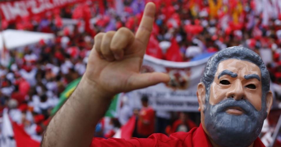 """31.mar.2016 - Homem com máscara do ex-presidente Lula participa de ato em São Paulo, convocado por movimentos sociais e sindicatos. É o """"Dia Nacional de Mobilização Contra o Golpe"""", nesta quinta (31), na Praça da Sé, local que foi palco dos comícios pelas 'Diretas Já', em 1984, e na data de aniversário dos 52 anos golpe militar de 1964."""