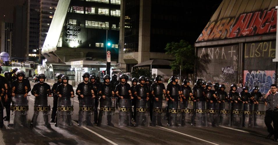11.mai.2016 - Policiais militares formam cordão de isolamento entre os grupos pró e contra o afastamento da presidente Dilma Rousseff na avenida Paulista, em São Paulo