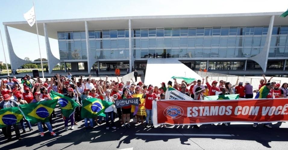 12.mai.2016 - Apoiadores da presidente afastada Dilma Rousseff aguardam pronunciamento em frente ao Palácio do Planalto, em Brasília. Após ser notificada sobre seu afastamento, Dilma deixará a sede do governo sem descer a rampa do palácio