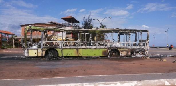 20.mai.2016 - Ônibus incendiado por criminosos no município de Raposa, região metropolitana de São Luís, na noite de quinta-feira (19)