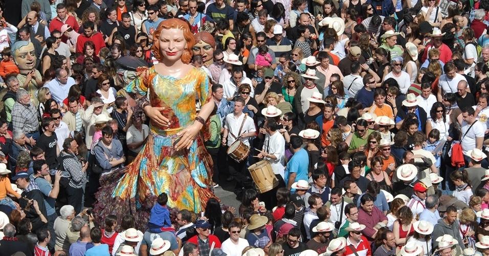 30.mai.2016 - Em Las Fallas, uma festa popular comemora o dia de São José em Valência, Espanha. Os moradores fazem bonecos gigantes, geralmente satirizando situações atuais, e depois ateiam-lhes fogo.