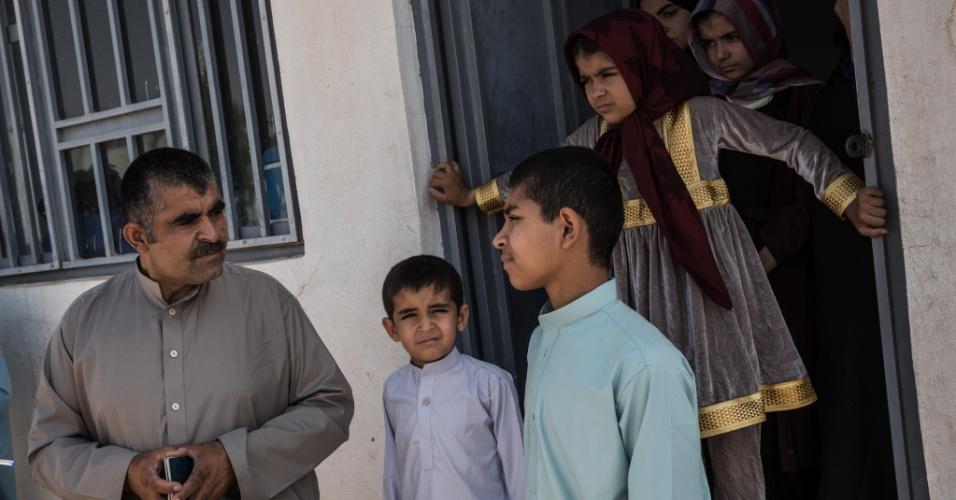 Homens deixam suas famílias para lutar na guerra da Síria