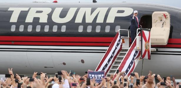 O candidato republicano Donald Trump embarca em avião de sua campanha na Flórida