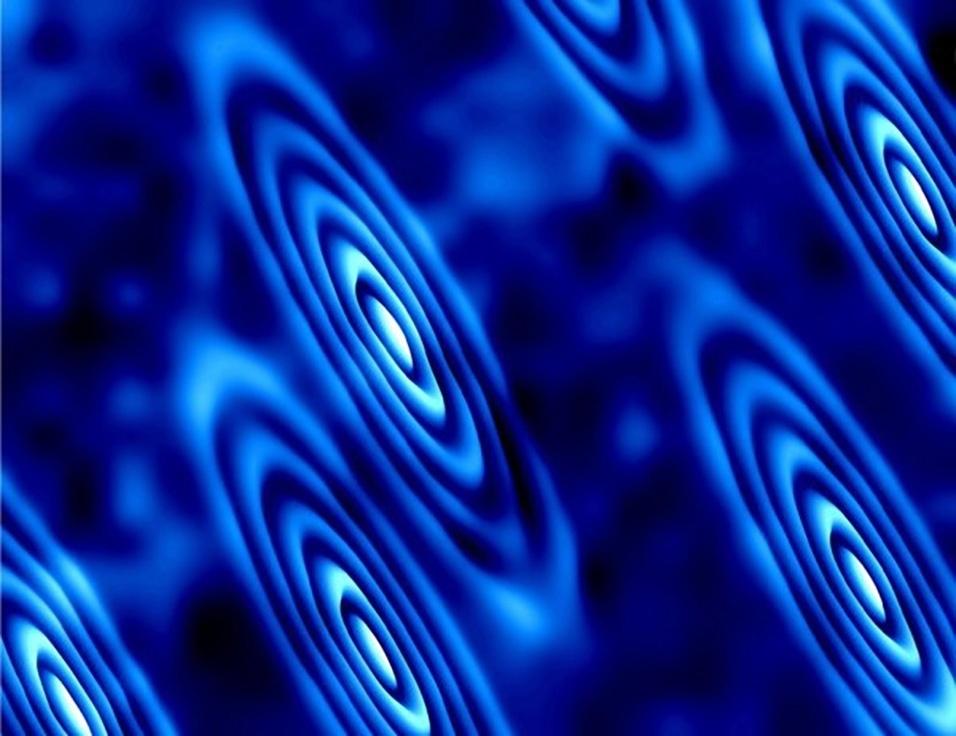 O FUTURO DOS ELETRÔNICOS? - Pela primeira vez um experimento conseguiu registrar imagens das órbitas de elétrons em um campo altamente magnético. O estudo foi feito por pesquisadores das universidades de Princeton e de Austin, nos Estados Unidos. Cientistas viram que elétrons a temperaturas muito baixas, onde seus comportamentos quânticos emergem, podem começar espontaneamente a viajar em trilhos elípticos idênticos em um cristal de bismuto, formando um estado fluido quântico. Estudos posteriores, com base nesta descoberta, podem gerar tecnologias mais eficientes e rápidas. Os equipamentos eletrônicos atualmente utilizam silício, mas o metal está atingindo sua capacidade de processar informação e cientistas buscam novos matérias e mecanismos