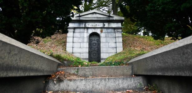 Mausoléu onde George Francis Train está enterrado no cemitério Green-Wood, no Brooklyn, Nova York