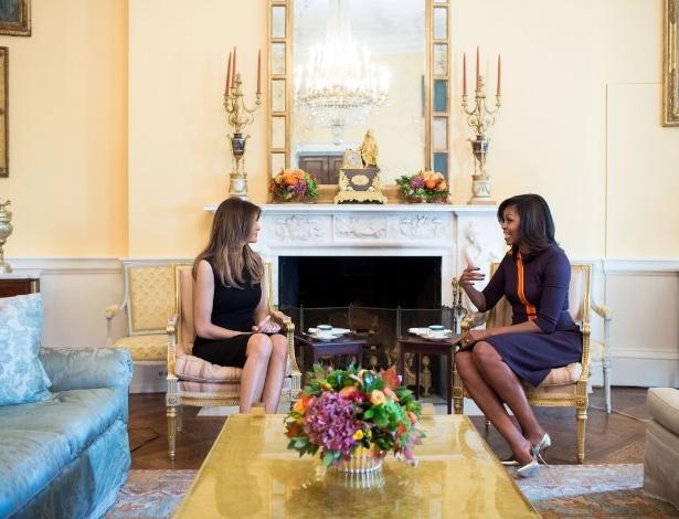 A futura primeira-drama dos EUA, Melania Trump, é recebida por Michelle Obama na Casa Branca, em Washington