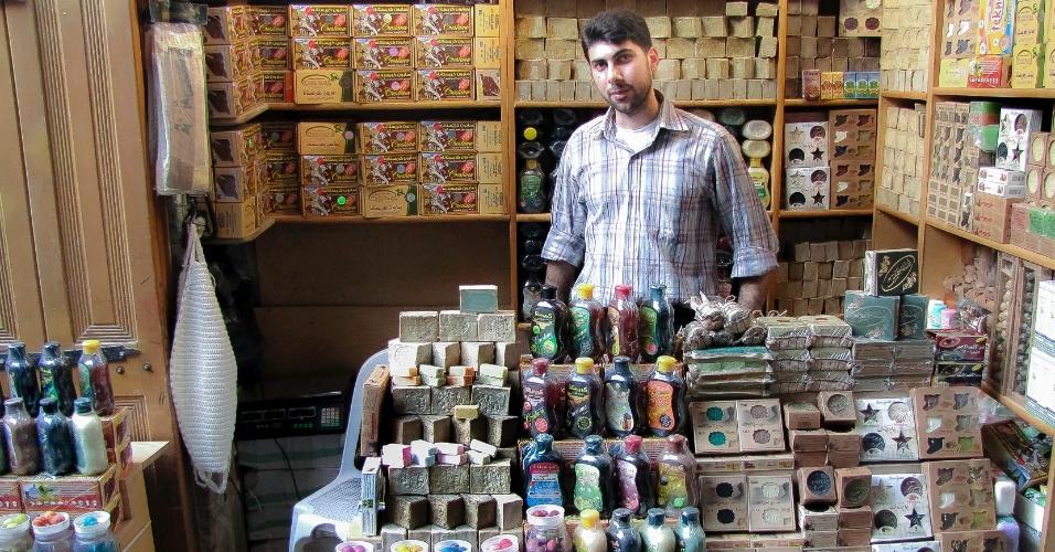 16.dez.2016 - Vendedor com os tradicionais sabões de Aleppo, famosos no Oriente Médio antes da guerra