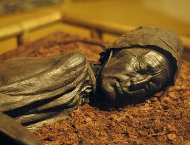 O Homem de Tollund foi enforcado e depositado na lama há 2.400 anos, mas de tão preservado apresenta até com vestígios de barba de bigode