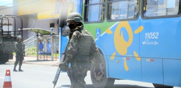 Exército escolta os terminais de ônibus de Vitória (ES) para garantir os serviços durante a paralisação dos policiais militares