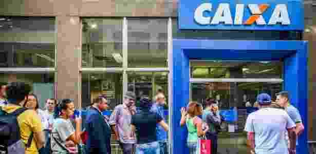 Trabalhadores fazem fila na porta de uma agência da Caixa no centro de São Paulo - Edson Lopes Jr./UOL