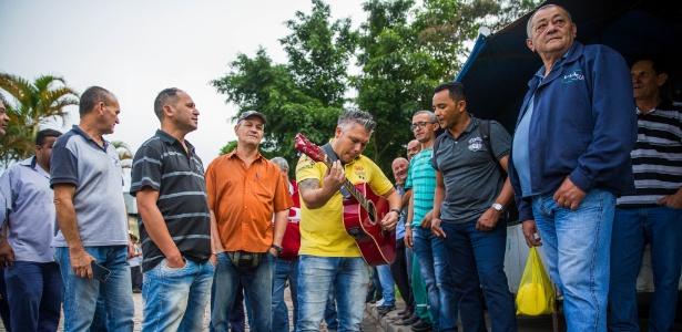 Motoristas de ônibus em paralisação fazem roda de violão - Marcus Leoni/Folhapress