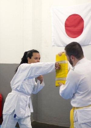 A transexual Lara em treino de krav-magá em academia do Rio de Janeiro