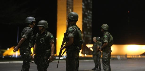 24.mai.2017 - Homens do Exército reforçam a segurança nas proximidades do Congresso
