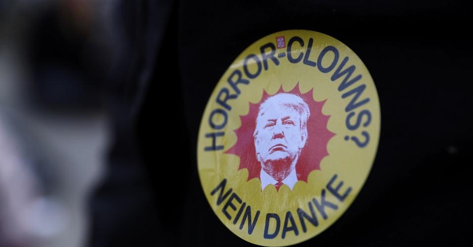 """5.jul.2017 - Manifestante usa adesivo com foto de Donald Trump e dizeres """"Palhaços do horror? Não, obrigado"""", em protesto contra cúpula do G20 em Hamburgo, na Alemanha"""
